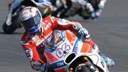 Pembalap Tim Ducati Corse, Andrea Dovizioso memacu motornya selama balapan GP Inggris di Sirkuit Silverstone, Minggu (27/8). Dovizioso mampu menyalip Rossi, dan finis di posisi terdepan dengan catatan waktu 40 menit 45,486 detik. (AP Photo/Rui Vieira)