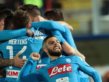 Para pemain Napoli merayakan gol yang dicetak Marek Hamsik ke gawang Crotone pada laga Serie A Italia di Stadion Ezio Scida, Crotone, Jumat (29/12/2017). Crotone kalah 0-1 dari Napoli. (AFP/Carlo Hermann)