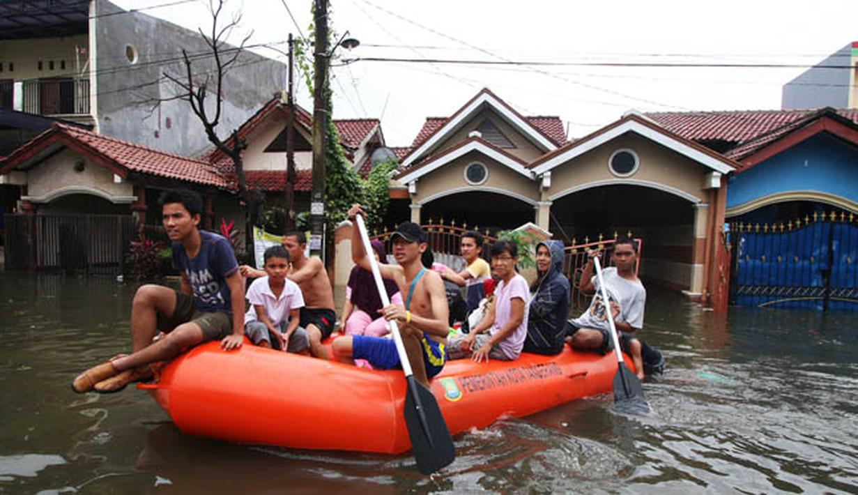 Warga dievakuasi menggunakan perahu karet ketika banjir melanda kawasan Periuk, Tangerang, Banten, Selasa (10/2). Hujan yang terus mengguyur menyebabkan meluapnya Kali Sabi dan merendam ratusan rumah di kawasan tersebut. (ANTARA FOTO/Rivan Awal Lingga)