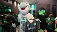 Jersey pramusim Persebaya dibanderol Rp 250 ribu, bisa diperoleh di Persebaya store. (Bola.com/Aditya Wany)