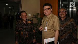 Mendagri Tjahjo Kumolo (tengah) bersama ketua Bawaslu, Abhan (kiri) saat menyambangi kantor Bawaslu di Jakarta, Selasa (9/1). Menurut Tjahjo, pihaknya dapat terlibat dalam pengawasan pelaksanaan Pilkada tersebut. (Liputan6.com/Angga Yuniar)