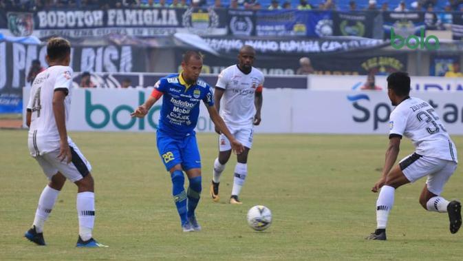 Persib Bandung meraih hasil imbang 1-1 versus Madura United di Stadion Si Jalak Harupat, Soreang, Kabupaten Bandung, Minggu (23/6/2019). (Bola.com/Erwin Snaz)