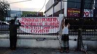 Warga memasang spanduk meminta para pemudik melakukan tes swab antigen sebelum kembali ke Jakarta. (Liputan6.com/Ady Anugrahadi)