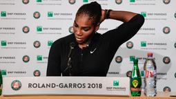 Petenis AS, Serena Williams menggelar konferensi pers pengunduran dirinya dari Prancis Terbuka di Roland Garros, Paris, Senin (4/6). Pemenang Grand Slam 23 kali baru-baru ini kembali ke tenis setelah melahirkan anak pertamanya. (Pauline BALLET/FFT/AFP)