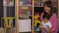 Walaupun memilki berbagai kesibukan, Sharena tetap menyempatkan waktu bermain dengan anaknya.