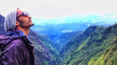 Tahun Baru 2016, Restu Sinaga merayakannya dengan mendaki Gunung Merbabu. (Instagram/ restusinaga)