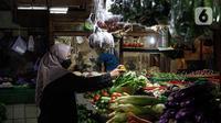 Pembeli berbelanja sayuran di Pasar Tebet Timur, Jakarta, Rabu (11/8/2021). Pemerintah Provinsi (Pemprov) DKI Jakarta memutuskan untuk menjadikan sertifikat vaksinasi Covid-19 sebagai syarat memasuki berbagai tempat umum, termasuk pasar tradisional. (Liputan6.com/Faizal Fanani)
