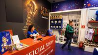 Pengunjung membeli suvenir bola resmi Piala Dunia 2018 di toko resmi FIFA World Cup 2018 yang dibuka di Central Children's Store di Moskow (18/12). Piala Dunia 2018 di Rusia akan berlangsung pada 14 Juni - 15 Juli tahun depan. (AFP Photo/Mladen Antonov)