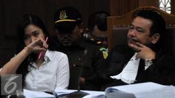 Jessica Kumala Wongso bersama kuasa hukumnya saat menjalani sidang lanjutan di PN Jakarta Pusat, Senin (15/8). Sidang tersebut dengan agenda pendengaran Saksi ahli psikologi klinis Antonia Ratih Handayani. (Liputan6.com/Johan Tallo)