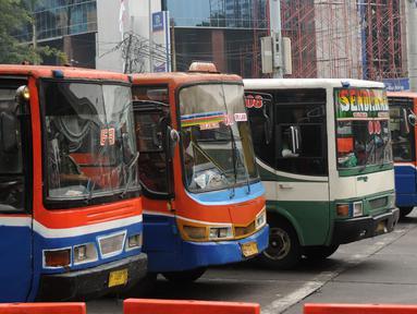 Sejumlah angkutan umum berjajar di depan terminal Blok M Jakarta, Kamis (31/3/2016). Pemerintah berencana menurunkan tarif angkutan umum pasca penurunan harga BBM, 1 April mendatang. (Liputan6.com/Helmi Fithriansyah)