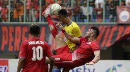 Striker Persija Jakarta, Marko Simic, melakukan tendangan salto saat melawan 757 Kepri Jaya pada laga Piala Indonesia di Stadion Patriot Bekasi, Jawa Barat, Rabu (23/1). Persija menang 8-2 atas Kepri. (Bola.com/Yoppy Renato)