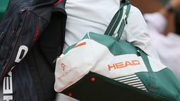 Novak Djokovic melambaikan tangan usai pertandingan melawan petenis Austria Dominic Thiem di perempatfinal Prancis Terbuka di stadion Roland Garros, Paris (7/6). Djokovic kalah 7-6, 6-3, 6-0.  (AP Photo/David Vincent)