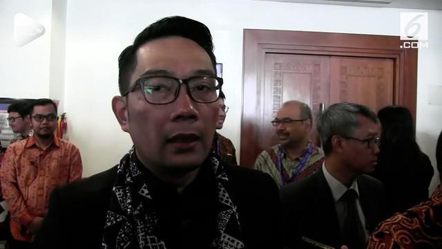 Ridwan Kamil mendesak Kemendagrai segera mengganti Bupati Bekasi dan Cirebon setelah keduanya ditangkap dalam operasi tangkap tangan KPK.