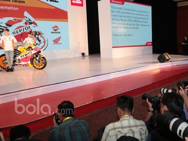 Pebalap Repsol Honda Team, Marc Marquez (kiri) dan Dani Pedrosa (kanan) saat diabadikan awak media pada sesi foto dengan tunggangan barunya  Repsol Honda RC213V pada peluncuran di Kemayoran, Jakarta, Jumat (3/2/2017). (Bola.com/Nicklas Hanoatubun)