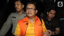 Bupati Indramayu, Supendi memakai rompi tahanan usai menjalani pemeriksaan di Gedung KPK, Jakarta, Rabu (16/10/2019). Supendi resmi ditahan untuk mempermudah pemeriksaan terkait dugaan menerima suap pengaturan proyek dilingkungan Pemkab Indramayu tahun 2019. (merdeka.com/Dwi Narwoko)
