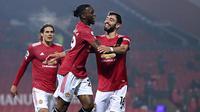 Pemain Manchester United, Aaron Wan-Bissaka, melakukan selebrasi usai mencetak gol ke gawang Southampton pada laga Liga Inggris di Stadion Old Trafford, Selasa (2/2/2021). Setan Merah menang dengan skor 9-0. (Laurence Griffiths/Pool via AP)