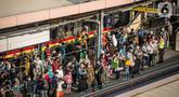 Penumpang menunggu KRL di Stasiun Tanah Abang, Jakarta Pusat, Kamis (4/2/2021) sore. Menurut keterangan petugas, antrean panjang tersebut hampir terjadi setiap harinya saat bulan Ramadhan. (Liputan6.com/Faizal Fanani)