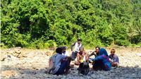 Proses coklit yang dilakukan di tepi sungai di kawasan Taman Nasional Aketajawe-Lolobata, Minggu (4/2) (Fakhruddin Abdullah/Malut Pos/Jawa Pos Group)