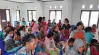 Ratusan warga Desa Anca saat berkumpul di Puskesmas Lindu untuk mendapat perawatan kesehatan akibat diare yang menyerang, Senin (13/1/2020). Sumber foto: Dinkes Sigi