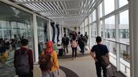 Penumpang pesawat tiba di Bandara Kualanamu, Kabupaten Deli Serdang, Sumatera Utara