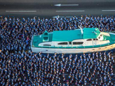 Sebuah replika kapal pesiar Granma ditampilkan selama diarak pada peringatan Hari Angkatan Bersenjata di Havana, Kuba, Senin (2/1). Peringatan tersebut sebagai bentuk untuk mengenang pendaratan kapal pesiar Granma. (Reuters/Desmond Boylan /Pool)