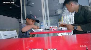 Reaksi Pemulung Cilik Saat Pertama Kali Makan Ayam KFC