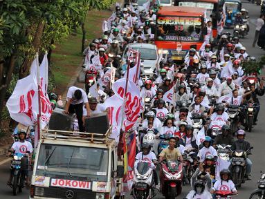 Relawan capres dan cawapres nomor urut 01 Joko Widodo atau Jokowi dan Ma'ruf Amin menggelar konvoi menuju lokasi debat Pilpres 2019 di Jakarta, Minggu (17/2). Massa berkonvoi menggunakan sepeda motor, bus, dan truk. (Liputan6.com/JohanTallo)