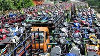 Hari ini 1.528 motor milik pemudik diangkut dengan 33 unit truk secara gratis menuju kota-kota di Jawa Barat, Jawa Tengah dan Yogyakarta, Jakarta, Rabu (23/7/14). (Liputan6.com/Faizal Fanani)