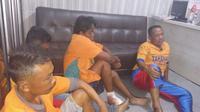 Empat preman ternyata sudah enam kali beraksi di Pantai Watu Ulo, Jember. Modusnya sama, merampas ponsel dan memperkosa korbannya. (Liputan6.com/Dian Kurniawan)