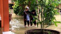 Usai fenomena Super Blue Blood Moon, ribuan rumah di Pekalongan, Jawa Tengah, terendam banjir, sedangkan ratusan pelajar gagal ujian. (Liputan6.com/Fajar Eko Nugroho)