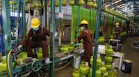 Pekerja mereproduksi tabung gas elpiji 3 kg di Depot LPG Tanjung Priok, Jakarta, Selasa (29/1). Pemerintah dan Badan Anggaran DPR menyepakati kenaikan anggaran subsidi energi di 2019 dari Rp 156,6 triliun menjadi Rp 160 triliun. (Liputan6.com/Johan Tallo)