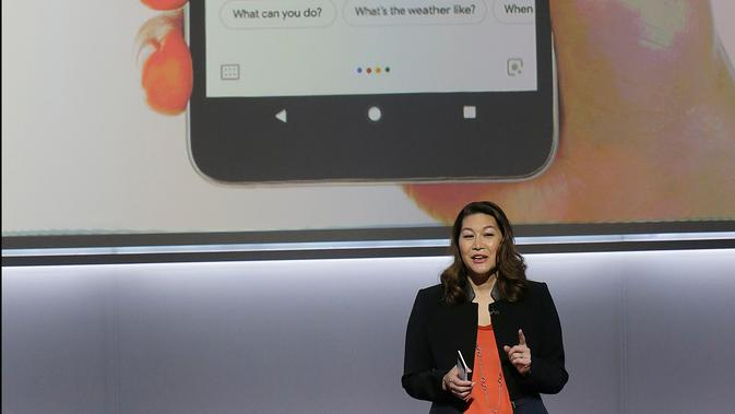 Director of Product Management at Google Sabrina Ellis menuturkan fasilitas dari ponsel terbarunya Google Pixel 2 XL di SFJAZZ Center, California, Rabu (4/10). Pixel 2 dan Pixel 2 XL dilengkapi dengan sistem operasi Google Assistant.  (AP Photo/Jeff Chiu)