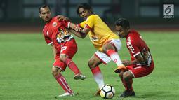 Pemain sayap Selangor FA, Ilham Udin Armaiyn (tengah) berebut bola dengan dua pemain Persija, Riko Simanjuntak (kiri) dan Ramdani Lestaluhu saat laga persahabatan di Stadion Patriot Candrabhaga, Bekasi, Kamis (6/9). (Liputan6.com/Helmi Fithriansyah)