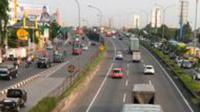 Sejumlah kendaraan pribadi dan truk barang di Tol Lingkar Luar Jakarta, (29/12). Berdasarkan surat edaran Kemenhub No.48 Tahun 2015, truk tidak diperbolehkan melintas di sepanjang jalan tol Cikampek mulai 30 Desember 2015. (Liputan6.com/Yoppy Renato)