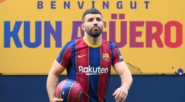 Sergio Aguero berpose di lapangan Stadion Camp Nou selama presentasi resminya sebagai pemain baru FC Barcelona di stadion Camp Nou, Barcelona (31/05/2021). Merka telah menandatangani kontrak hingga tahun 2023 dengan klausal pembelian 100 juta Euro. (Foto: AFP/Lluis Gene)