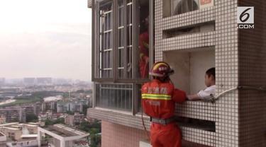 Aksi nekat dilakukan bocah di China dengan bermain di tempat penyimpanan mesin pendingin udara yang berada di sebuah gedung lantai 24.