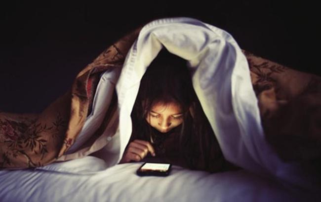 Main gadget sebelum tidur bisa berisiko merusak kesehatan otak | Photo: Copyright indiatimes.com