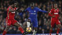 Gelandang Chelsea, N'Golo Kante, berusaha melewati striker Swansea, Wilfried Bony, pada laga Premier League di Stadion Stamford Bridge, London, Rabu (29/11/2017). Chelsea menang 1-0 atas Swansea. (AFP/Adrian Dennis)