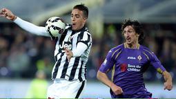 Penyerang Juventus, Alessandro Matri (kiri)  mengontrol bola dari kejaran pemain Fiorentina pada leg kedua Semifinal Coppa Italia di stadion Artemio Franchi, Italia,Rabu (8/4/2015). Juventus menang 3-0 atas Fiorentina. (AFP PHOTO/Filippo Monteforte)