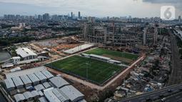Foto dari udara menunjukkan lapangan latih Jakarta International Stadium (JIS), Jakarta, Senin (28/12/2020). JIS direncanakan mempunyai lapangan utama yang dapat menampung penonton hingga 82 ribu dengan fasilitas berstandar internasional. (Liputan6.com/Faizal Fanani)