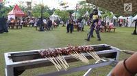 Pengunjung menikmati wisata kuliner pada acara Festival Frontliners pertama di Bintaro, Tangerang Selatan, Minggu (17/12). Festival ini dimeriahkan dengan pertunjukan music dan pameran. (Liputan6.com/Fery Pradolo)