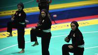 Tim pencak silat seni beregu putri Indonesia, Pramudita Yuristya (kiri), Lutfi Nurhasanah (tengah) dan Gina Tri Lestari (kanan) tampil dalam babak final Asian Games 2018 di TMII, Jakarta, Rabu (29/8). (ANTARA FOTO/INASGOC/Melvinas Priananda/nak/18)