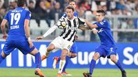 Pemain Juventus, Claudio Marchisio (tengah)  berebut bola dengan pemain Bologna, Adam Nagy pada lanjutan Serie A di Allianz Stadium, Turin, (5/5/2018). Juventus menang 3-1. (Alessandro Di Marco/ANSA via AP)