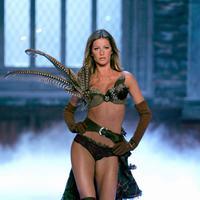 Gisele Bundchen salah satu selebriti yang berpenghasilan tinggi di Hollywood. Gisel adalah model senior yang berkiprah didunia catwalk cukup lama. Tak khayal  ia dapatkan bayaran USD 47 juta atau setara dengan Rp 616,5 miliar pertahun. (AFP/Bintang.com)