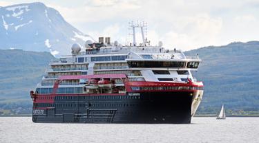 Kapal pesiar MS Roald Amundsen tiba di Tromsoe, Norwegia utara, pada 3 Juli 2019. MS Roald Amundsen merupakan kapal peisar pertama di dunia yang mengandalkan tenaga baterai hybrid. (Rune Stoltz Bertinussen / NTB scanpix via AP)
