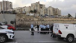 Petugas keamanan Israel memeriksa sebuah mobil setelah terjadinya upaya serangan di pos pemeriksaan az-Za'ayyem di Tepi Barat yang diduduki Israel pada 25 November 2020. Penyerang menabrakkan mobil terhadap pasukan keamanan di luar Yerusalem, kata otoritas Israel. (Xinhua/Muammar Awad)