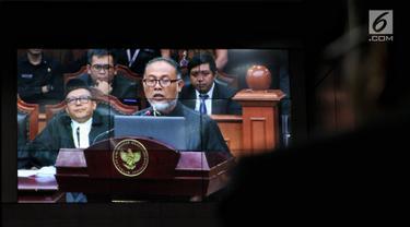 Ketua tim hukum Prabowo-Sandi, Bambang Widjojanto membacakan materi gugatan dari pasangan 02 Prabowo Subianto dan Sandiaga Uno dalam sidang perdana sengketa Pilpres 2019 di Gedung Mahkamah Konstitusi, Jakarta, Jumat (14/6/2019). (Lputan6.com/Johan Tallo)