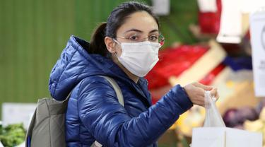 Seorang wanita berbelanja di sebuah supermarket di Ankara, Turki (30/3/2020). Pada Senin (30/3), Turki mengumumkan 37 kematian baru akibat COVID-19, sedangkan total kasus infeksi di negara tersebut bertambah menjadi 10.827 kasus. (Xinhua/Mustafa Kaya)
