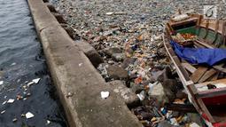 Tumpukan sampah yang terlihat di pinggir laut kawasan Pelabuhan Muara Baru, Jakarta Utara, Senin (29/7/2019). Sekitar 0,48-1,29 juta ton dari sampah plastik tersebut diduga mencemari lautan. (Liputan6.com/Johan Tallo)