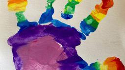 Cetakan tangan Pangeran Louis saat merayakan ulang tahunnya yang ke-2 di Inggris ( 22/4/2020). Anak-anak di Inggris membuat pelangi sebagai simbol harapan selama karantina mandiri.  (The Duchess of Cambridge / Kensington Palace via AP)